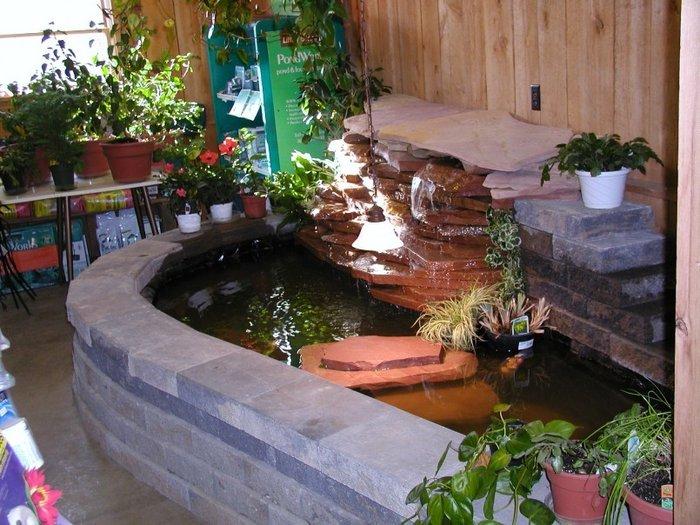 Hồ cá koi mini ngay tại phòng khách, sảnh lớn