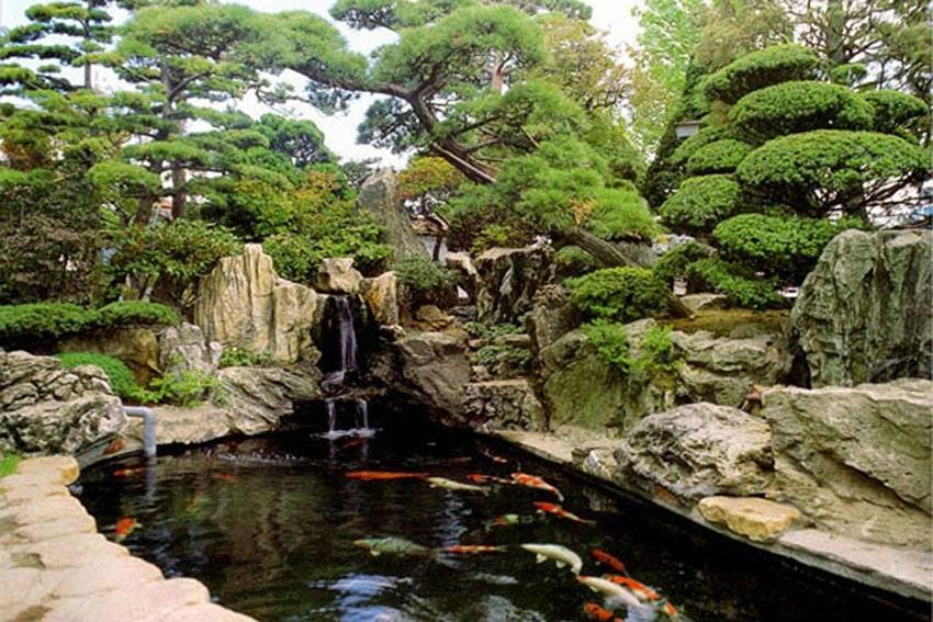 Hồ kiểu thác đổ thiết kế như một bức tranh thủy mạc trong sân vườn